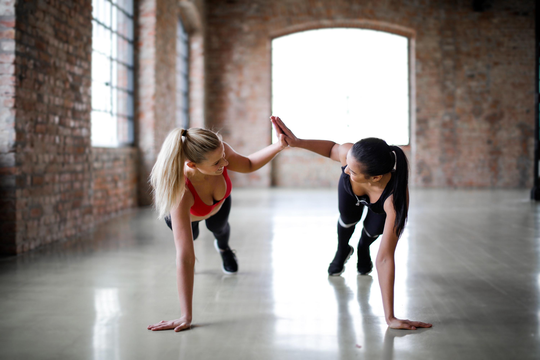 cvičení v páru