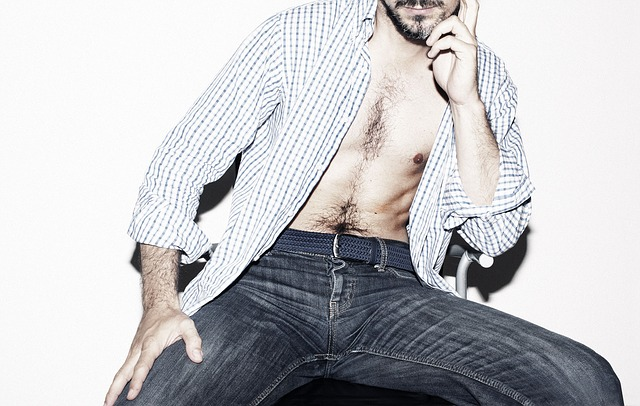 muž, džíny, košile