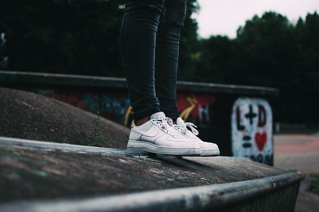 nohy v teniskách